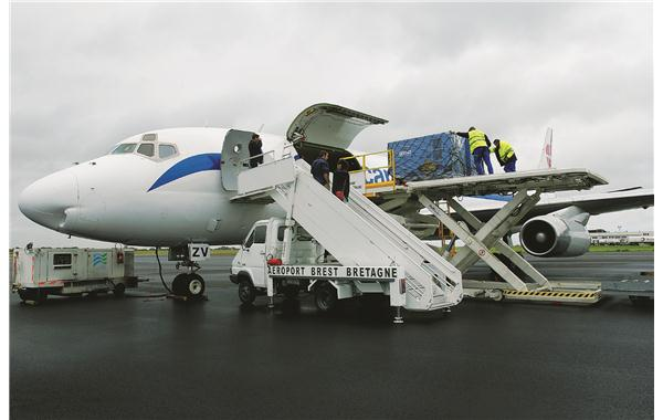 Transporting a soundproofed generating set in an aircraft